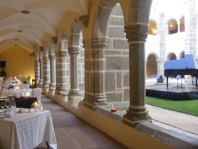 Hotel Convento do Espinheiro cloisters